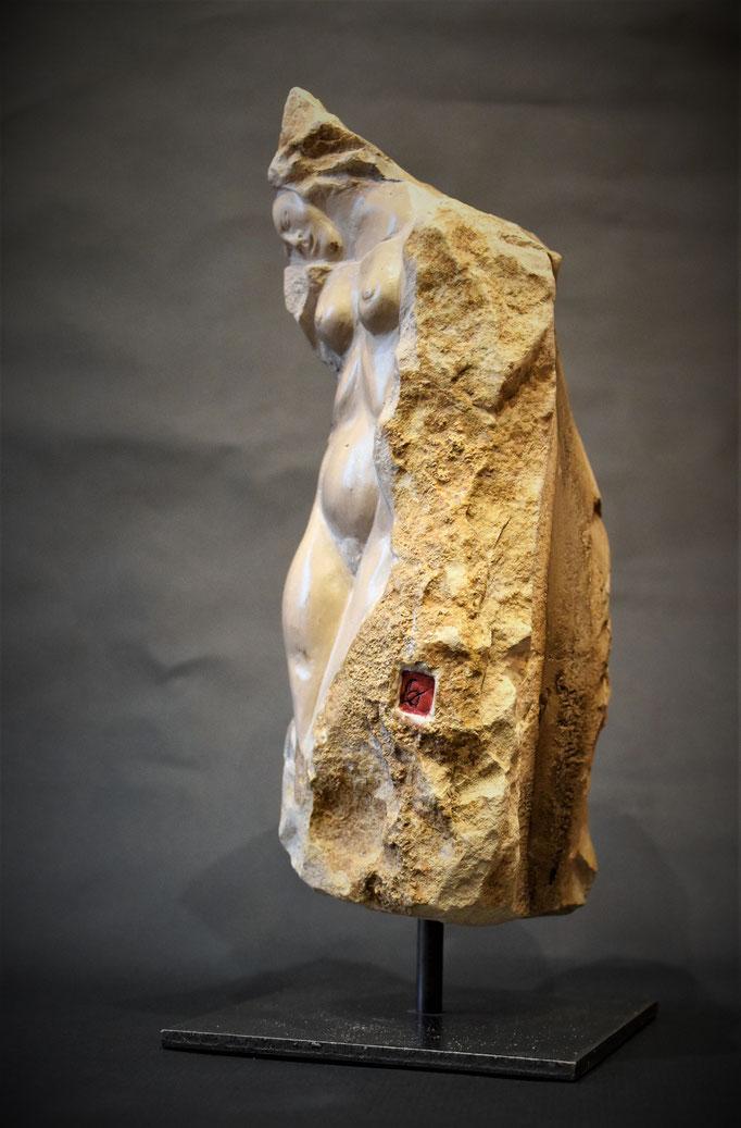 """""""La chatelaine nue"""" Taille directe. Pierre de Bourgogne et Granit. 29x13x13 cm"""