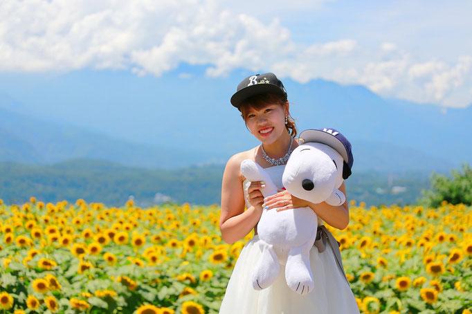 ひまわりウェディング前撮りロケ撮影横浜ベイスターズの帽子と大きなスヌーピーのぬいぐるみを持った新婦ソロ写真