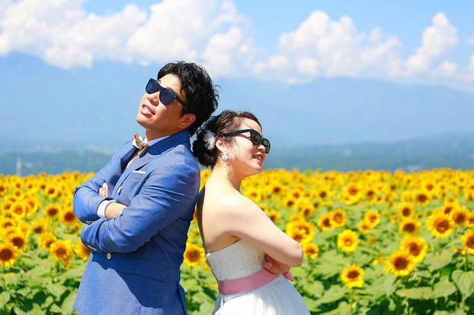 ひまわりウェディング前撮り撮影新郎新婦お揃いのサングラスをつけて決めポーズ写真