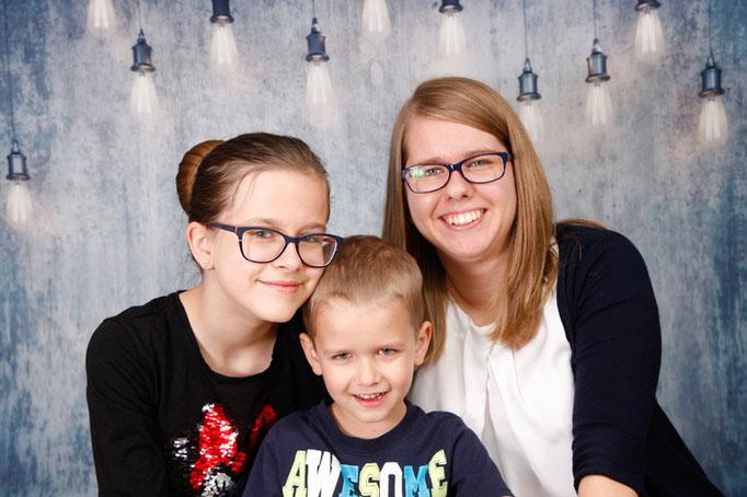 Geschwisterfotoshooting, zwei Schwestern mit ihrem Bruder, Eiken