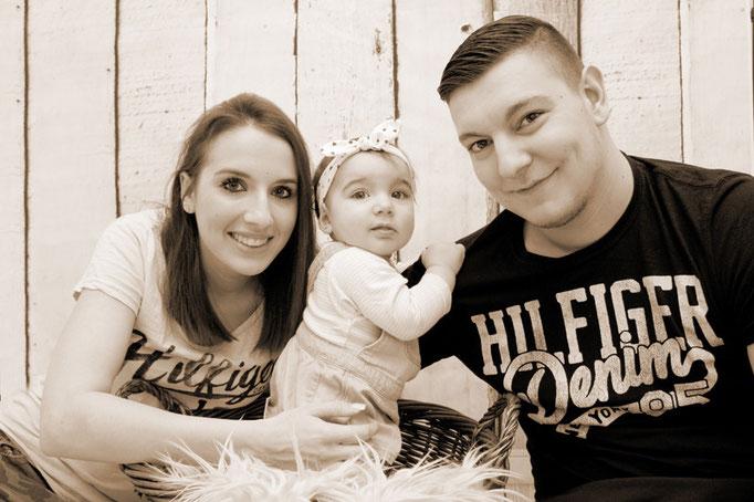 Eltern mit kleiner Tochter, Familienfotograf für zu Hause
