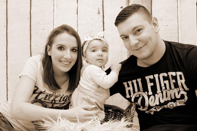 Eltern mit kleiner Tochter, Familienfotograf für zu Hause, Rheinfelden