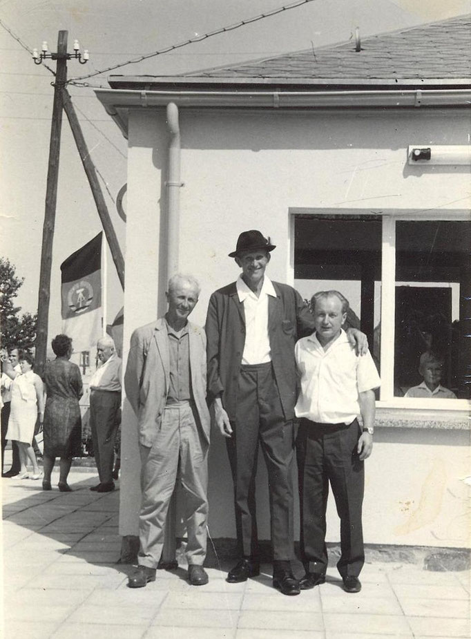 Wünschendorf  Erzgebirge Buswendeplatz Erich Henker,Walter Drescher und Wolfgang Uhlig bei der Einweihungsfeier