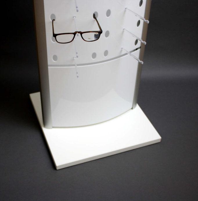 Der Brillenständer mit Bodenplatte ist zum Selbstaufbau.