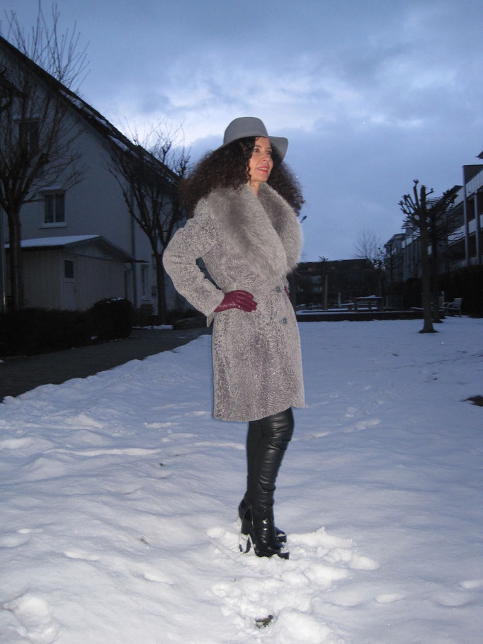 Vesna im Winteroutfit mit Lammfellmatel
