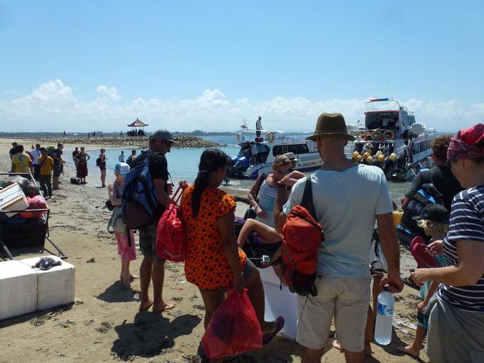 Bild: Ankunft in Lembongan. Man wird für die Unterkünfte eingeteilt