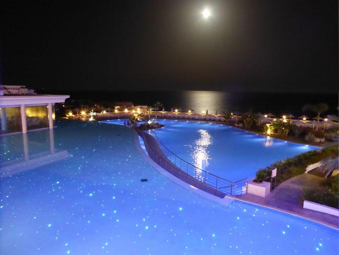 Blick zum Mond am Pool