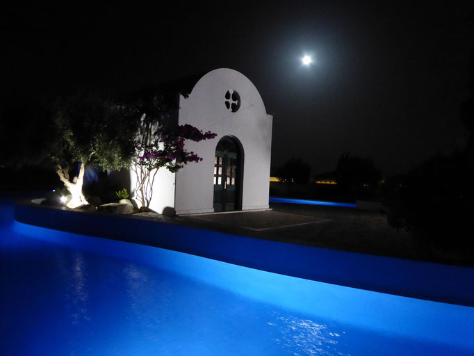 Beleuchteter Pool im Mondlicht