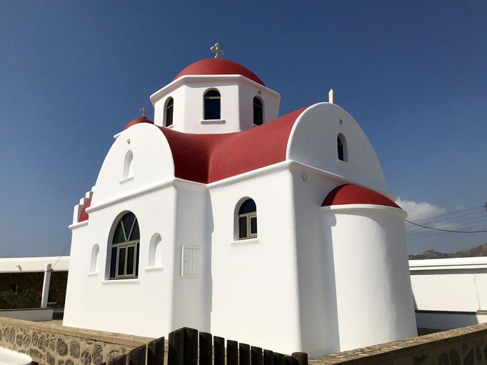 Bild: Kirche mit roter Kuppel und rotem Dach