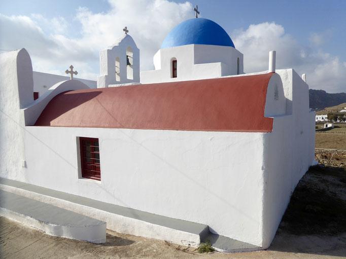 Bild: Kirche mit blauer Kuppel und rotem Dach
