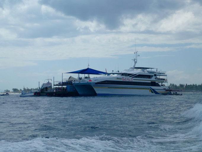 Bild: Partyschiff vor Lembongan