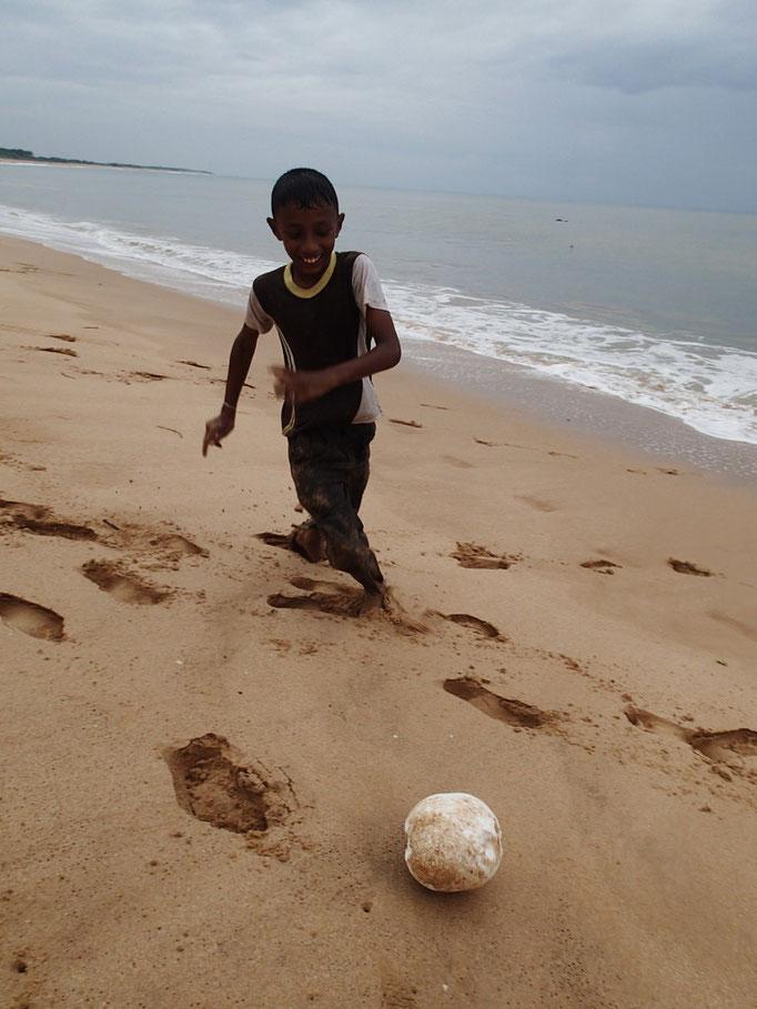 Spielende Kinder am Strand