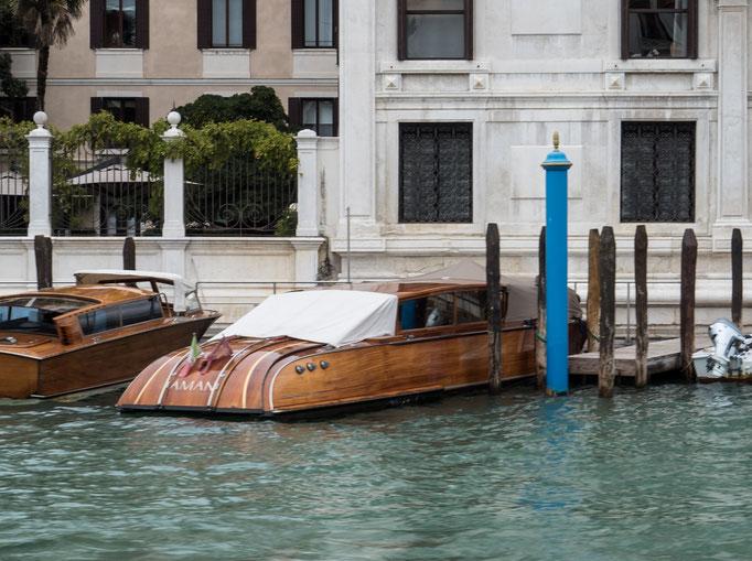 Bild: Ein Motorboot in Venedig