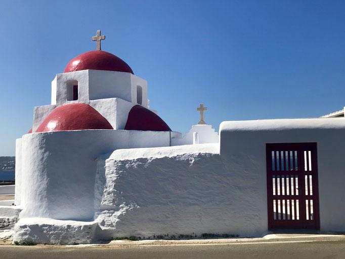Bild: Kirche mit rotem Dach auf Mykonos