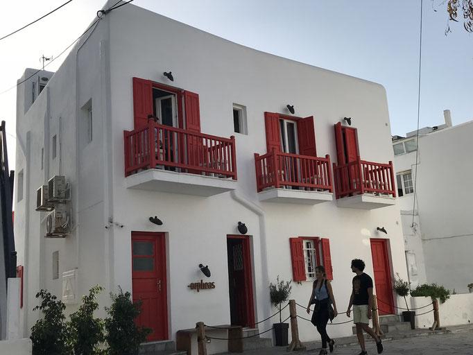 Bild: Kubisches Haus auf Mykonos mit Balkonen