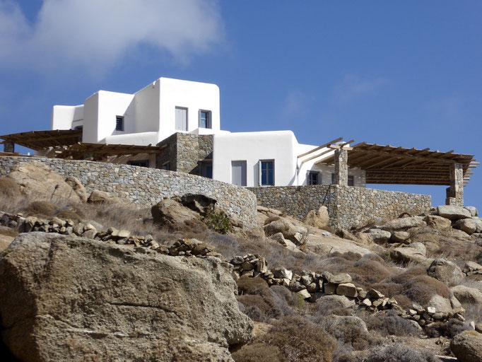 Bild: Kubisches Haus oben auf dem Berg auf der Insel Mykonos