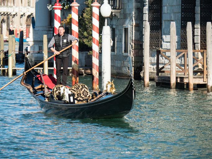 Bild: Eine Gondel auf der Wasserstraße in Venedig