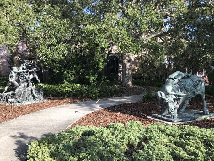 Bild: Skulpturen im Park