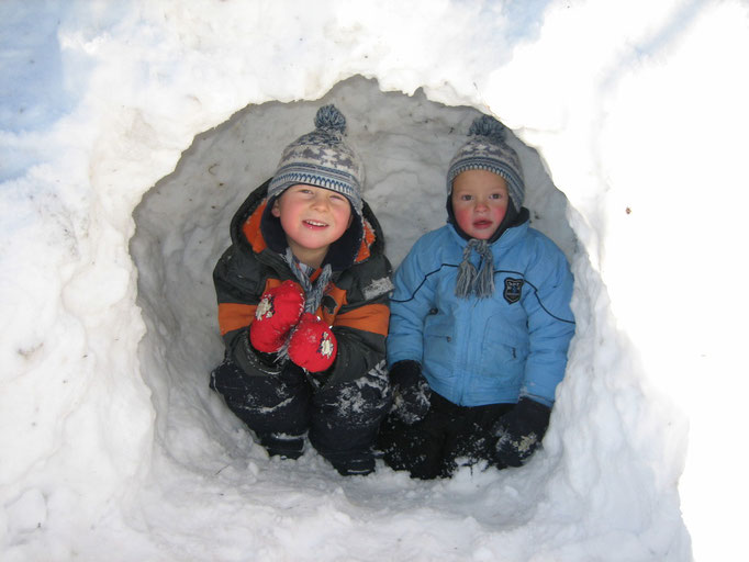 Kinder lieben den Schnee zum Spielen, Iglu bauen oder Spaß haben