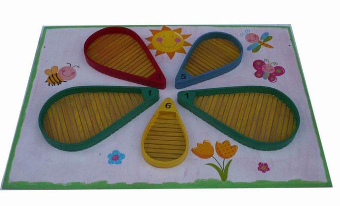 La Fleur: Un jeu d'adresse très simple que les plus jeunes apprécieront. Chaque joueur doit lancer ses huits petits sacs en tissus sur la fleur et faire le plus de points.    Se pose au sol A partir de 4  ans