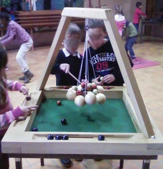 Suspens géant: 2 à 4 joueurs, gagne celui qui arrivera à poser toutes ses perles sur la grappe!
