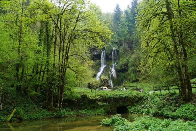 Imposanter Wasserfall am Wegesrand