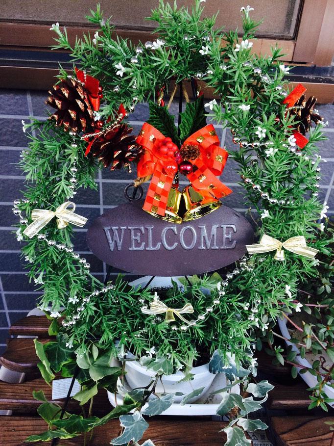 今年のクリスマスバージョンの入り口のリース