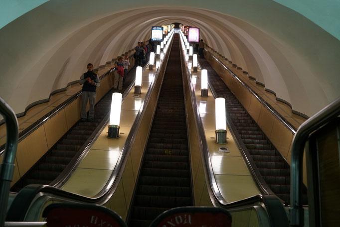 Die lange Rolltreppe in der Metro - kein Ende in Sicht