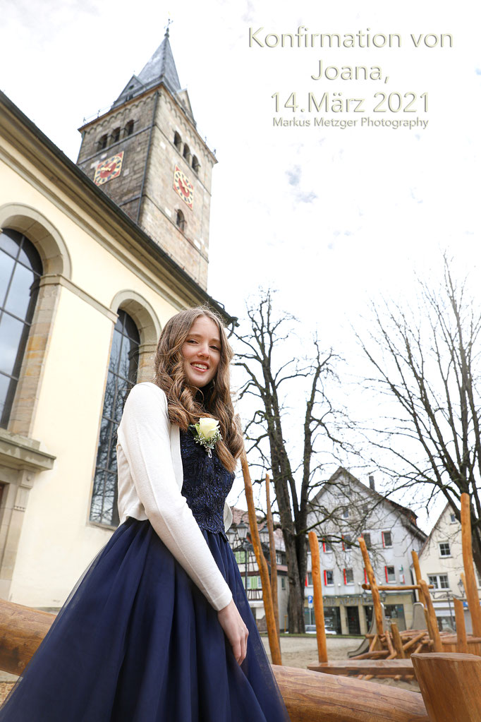 Konfirmation in Welzheim im Rems-Murr-Kreis, Foto entstand an der Sankt Gallus Kirche mit Konfirmandin und im Hintergrund sieht man die Kirche bzw den Glockenturm. Auf der Homepage https://www.markus1.de von Fotograf Markus Metzger aus Welzheim