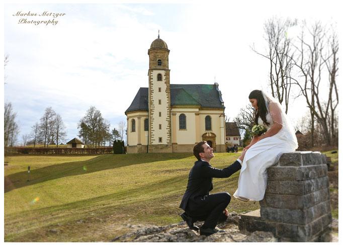Hochzeit am Rechberg, Brautpaar aus Schwäbisch-Gmünd. Zu sehen: Foto der Hochzeit mit Heiratsantrag und Kirche, von Fotograf Markus Metzger aus dem Rems-Murr-Kreis, in Alfdorf. Homepage: https://www.markus1.de