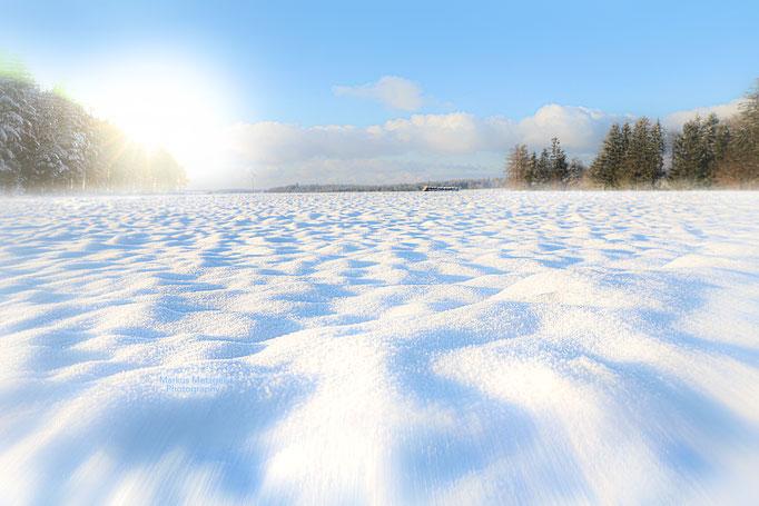 Winterbild im rems murr kreis, winterfoto 2021, aufgenommen im welzheimer wald, naturpark schwäbischer wald, das foto auf der Homepage von fotograf markus metzge,  https://www.markus1.de zeigt schneeverwehungen mit sonne