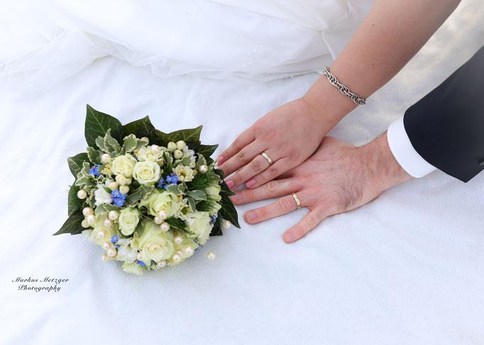 Hochzeit am Rechberg, Brautpaar aus Schwäbisch-Gmünd. Zu sehen: Foto der Hochzeit inklusive Brautpaar deren Hände und Brautstrauß , von Fotograf Markus Metzger aus dem Rems-Murr-Kreis, in Welzheim. Homepage: https://www.markus1.de