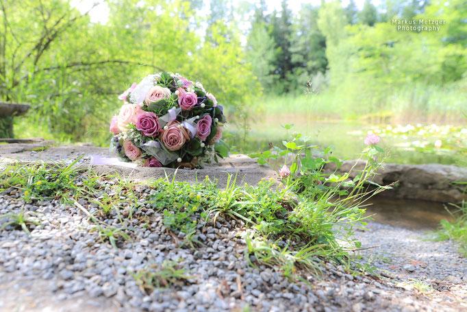 Heiraten, Hochzeit im Rems-Murr-Kreis, Althütte, Bühlhauweiher, Brautstrauß am See vom Brautpaar, Fotograf Markus Metzger, Sommer 2021, www.markus1.de