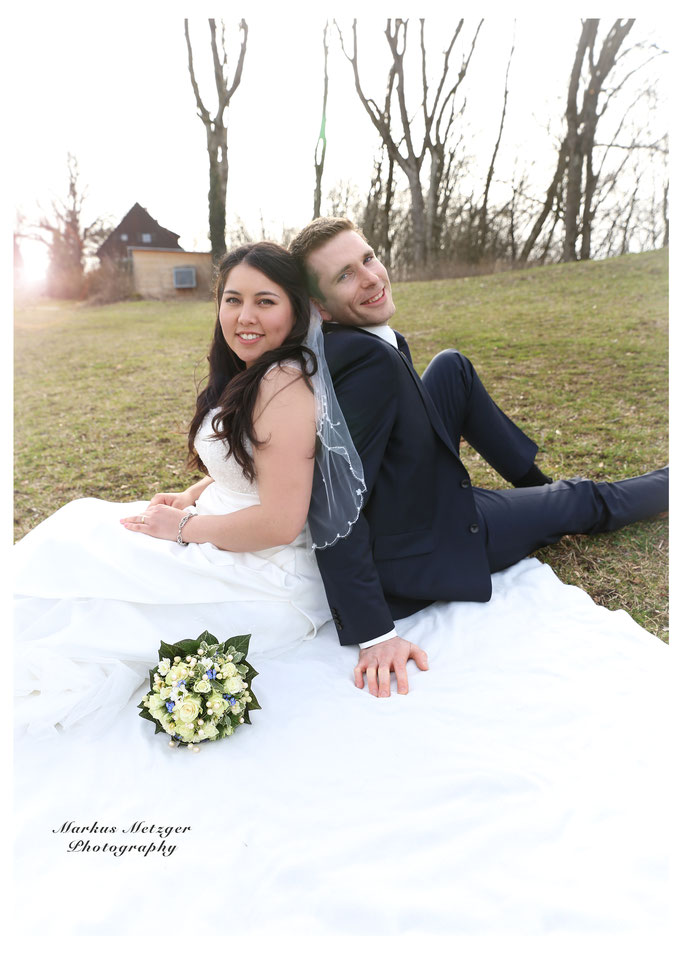 Hochzeit am Rechberg, Brautpaar aus Schwäbisch-Gmünd. Zu sehen: Foto der Hochzeit inklusive Brautpaar auf dem Hochzeitskleid sitzend, von Fotograf Markus Metzger aus dem Rems-Murr-Kreis, in Alfdorf. Homepage: https://www.markus1.de