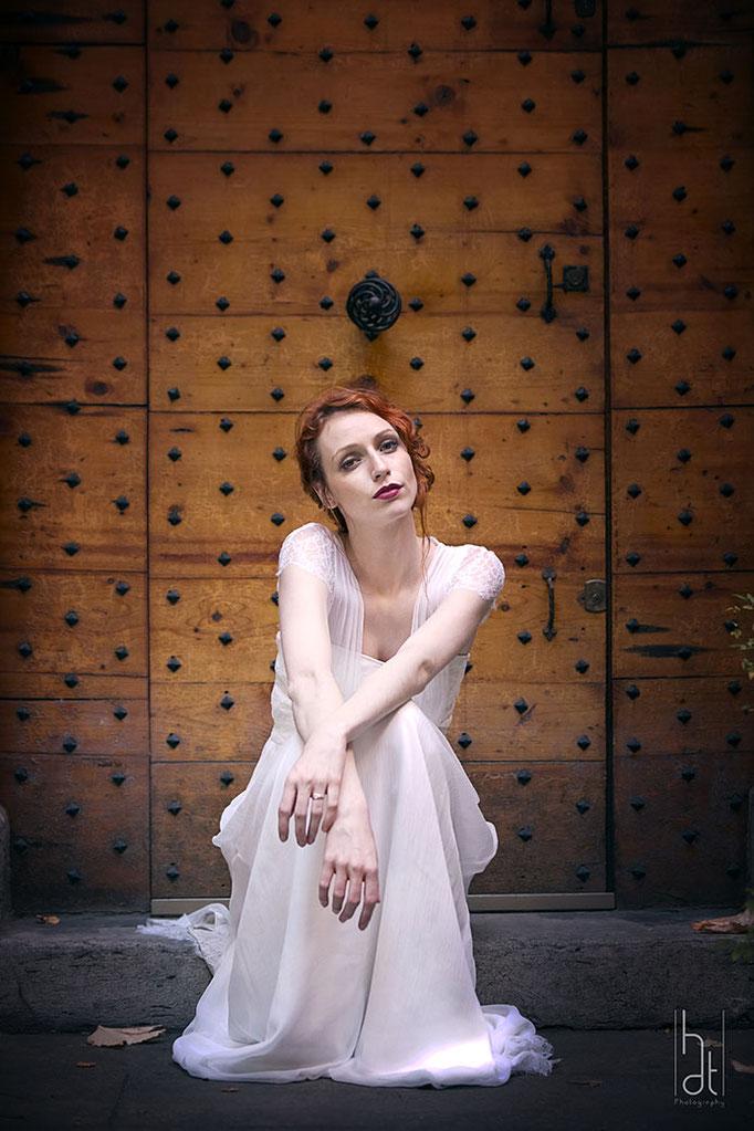 robe-de-mariee-longue-dentelle-originale-haut-de-gamme-sur-mesure-emmanuelle-gervy-lyon