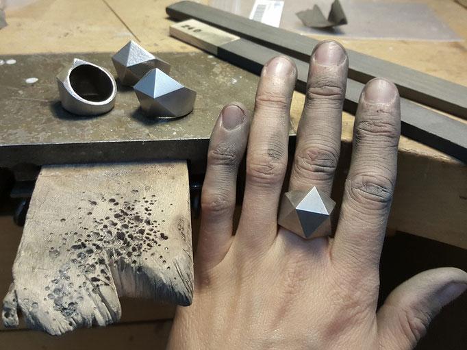 Schmirgeln von Stahlringen