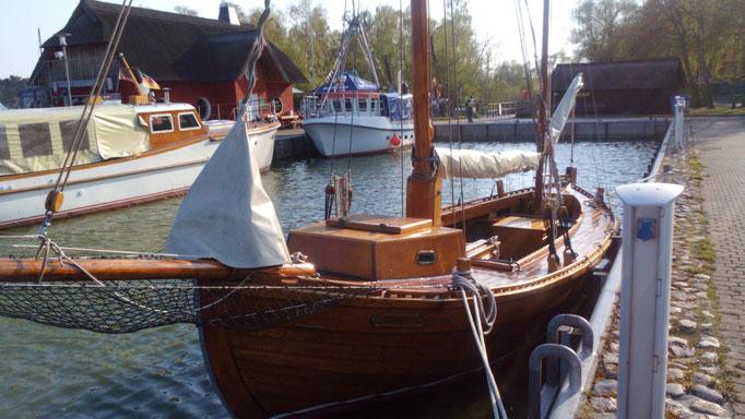 Zeesboot im Hafen von Althagen
