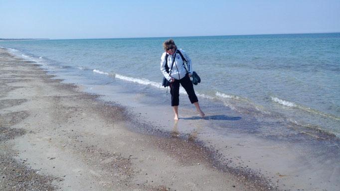 Dunja Bruder am Strand an der Ostsee