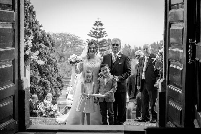 Braut mit Brautvater vor der Kirche