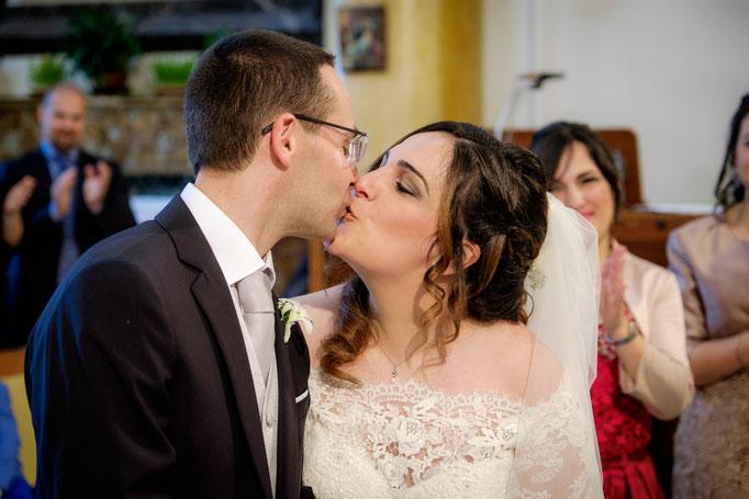 Hochzeitskuss in der Kirche auf Sizlien