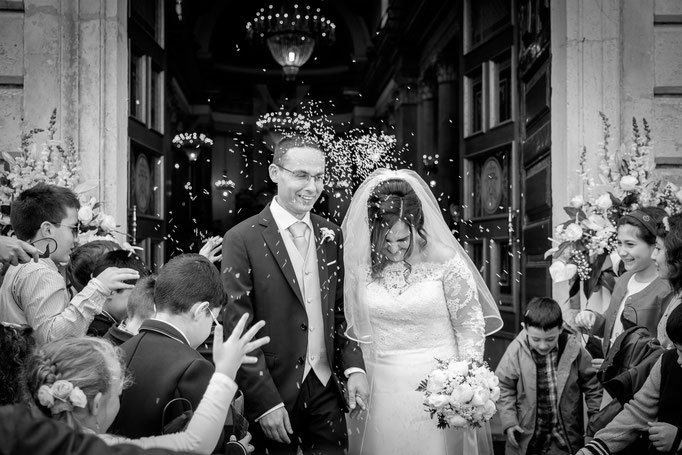 Braut und Bräutigam kommen aus der Kirche