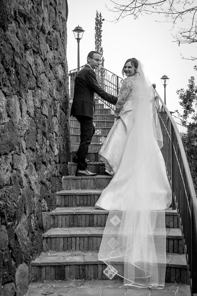 Braut und Bräutigam auf Treppe