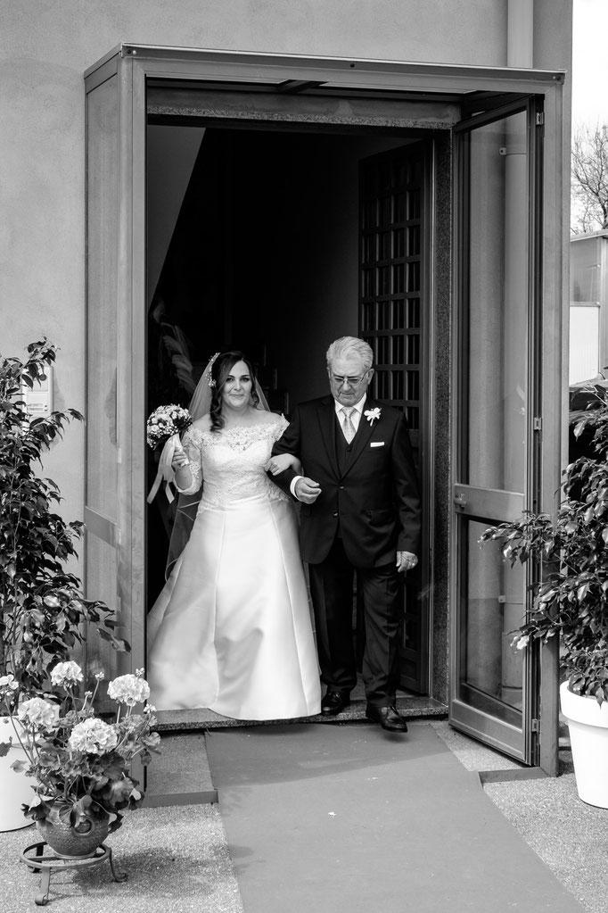 Braut mit Brautvater am Haus