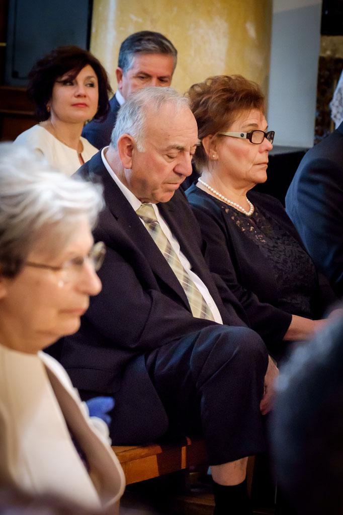 Mann schläft in der Kirche