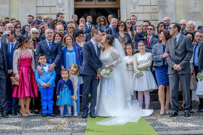 Hochzeitsgesellschaft mit Braut und Bräutigam