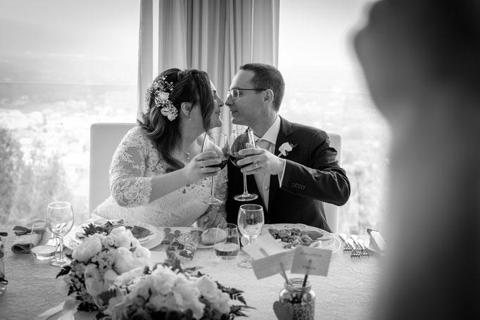 Brautpaar stoßen an