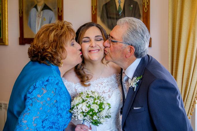 Braut mit Küsse von Vater und Mutter
