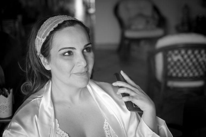 Braut schwarz weiß getting ready