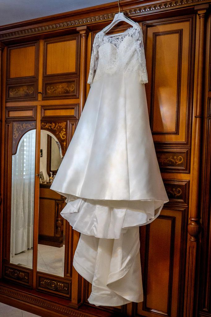 Hochzeitskleid am Schrank