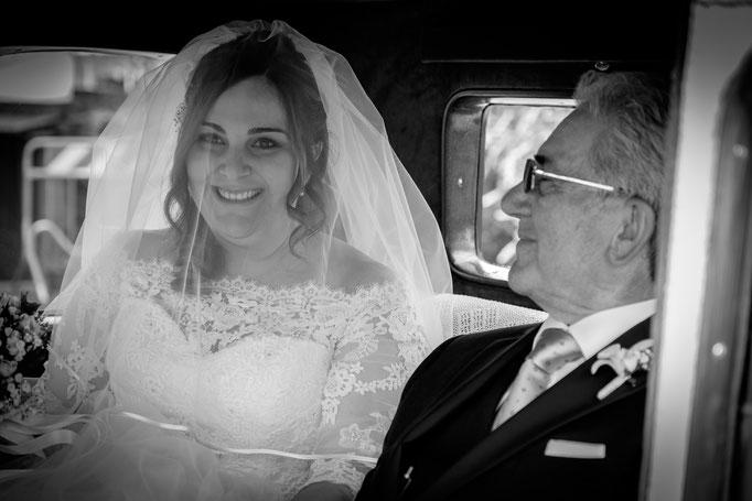 Braut mit Brautvater im Brautwagen